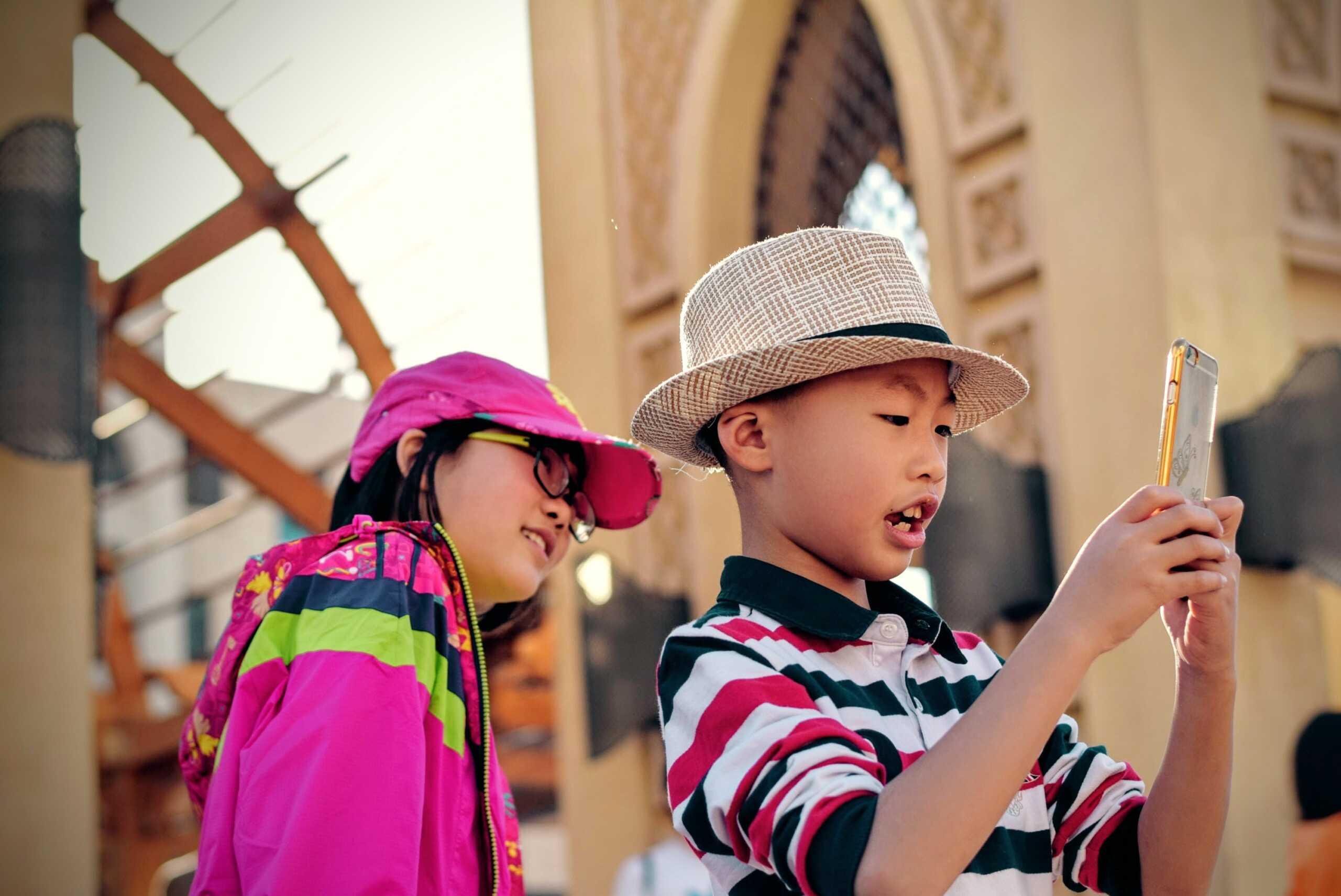 trẻ em nghiện dùng smartphone